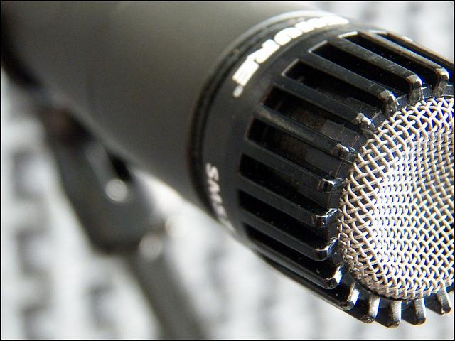 micrófono- espiar- PC-smartphone- celular, hackers-privacidad-PantallasAmigas